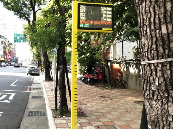 三重區忠孝路2段的身高尺智慧站牌。(新北市交通局提供)