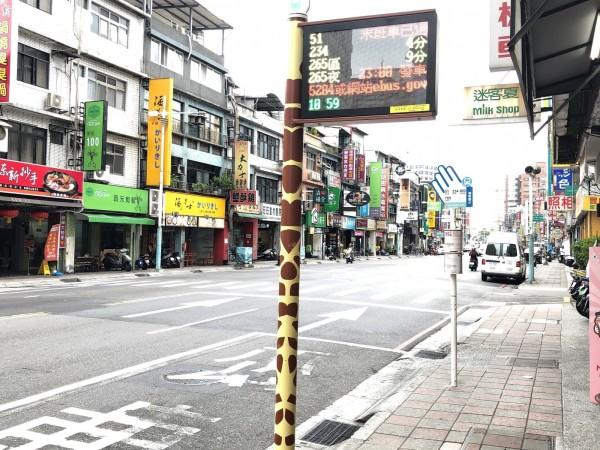 板橋區中山路2段的長頸鹿智慧公車站牌。(新北市交通局提供)