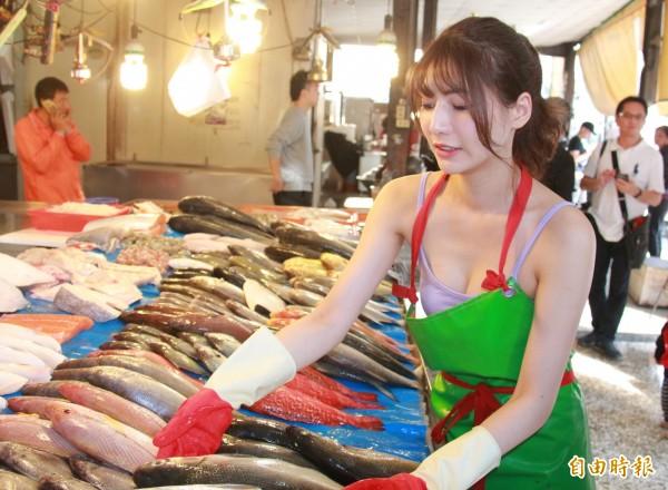 阿澎賣魚時不吝露出好身材。(記者陳冠備攝)