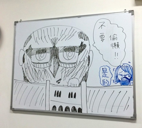 陳品羽訓練過程紓壓的方式,就是在白板上畫漫畫。(草屯商工提供)