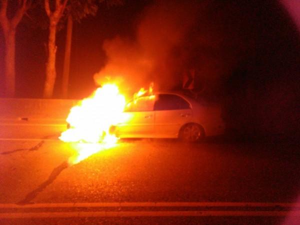花蓮玉里火燒車,姪子攙扶截肢的叔叔逃出車外,隨即車子陷入大火燒到全毀。(警方提供)