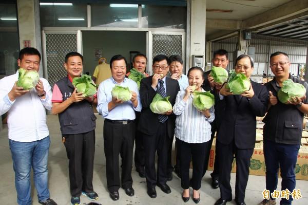 嘉義縣長張花冠媒合企業採購高麗菜。(記者林宜樟攝)