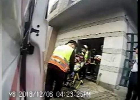 消防局救護員將自焚男子送醫。(記者張瑞楨翻攝)