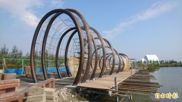 彈塗魚籠竹隧道在井仔腳自行車道起點,尚未完工,讓人猜不透造型。(記者楊金城攝)