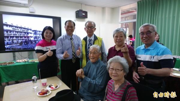 歷任校長與教職員回娘家,創校第一任校長王緒文(前排右二)已94歲高齡。(記者羅欣貞攝)