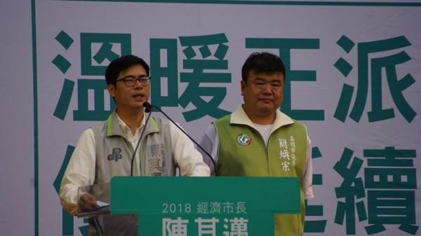 民進黨高市議員簡煥宗(右)今透過臉書直言,民進黨要檢討,就從黨部主委下台開始。(記者王榮祥翻攝)