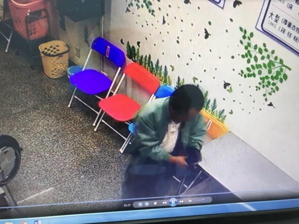 監視器發現男子在洗衣店內鬼鬼祟祟。(記者蔡清華翻攝)