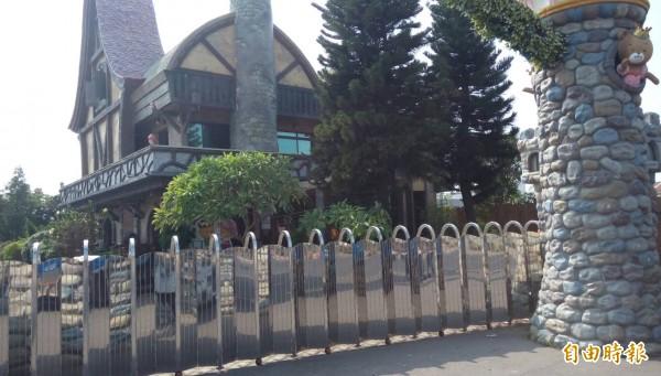 觀光工廠「熊大庄」大門緊閉。(記者蔡宗勳攝)