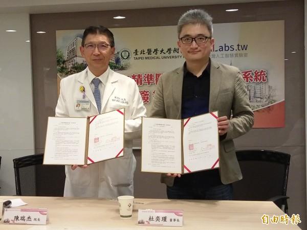 北醫附醫導入AI,並應用在急重症醫療。左為北醫附醫院長陳瑞杰,右為台灣人工智慧實驗室創辦人杜奕瑾。(記者吳亮儀攝)