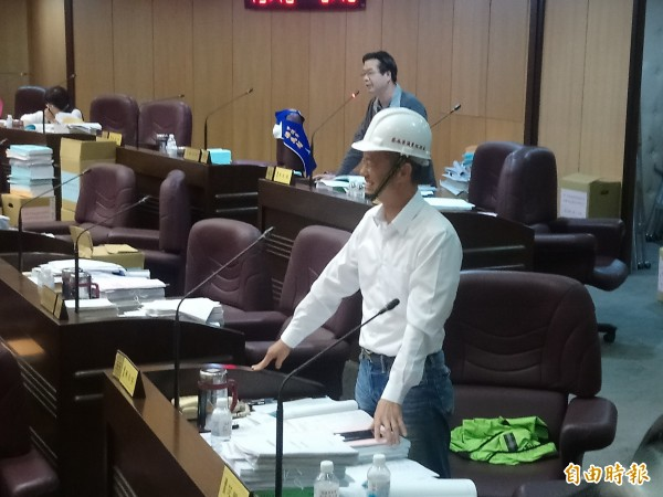 市議員劉茂群參加揭牌時不慎被落物打到鼻子受傷;市議員蔡永芳戴上工地安全帽質詢教育局長。(記者謝武雄攝)