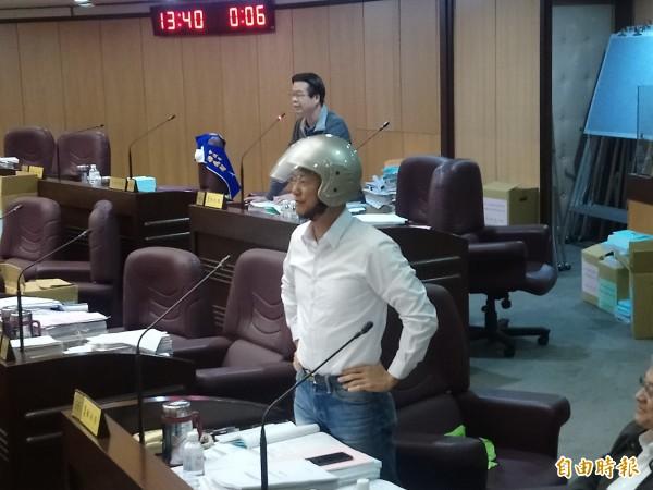 市議員劉茂群參加揭牌時不慎被落物打到鼻子受傷;市議員蔡永芳戴上機車安全帽質詢教育局長。(記者謝武雄攝)