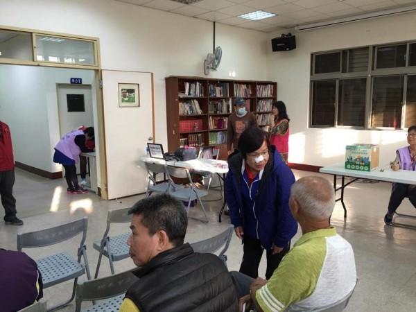 議員劉茂群鼻樑受傷後,還是忍痛參加各種活動。(摘自劉茂群臉書)