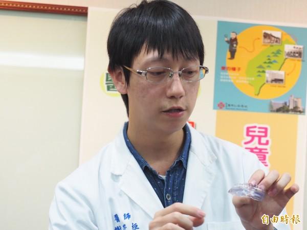 台東馬偕醫院兒童牙科醫師謝旻桓說明矽膠牙套矯正牙齒的方法與功能。(記者王秀亭攝)