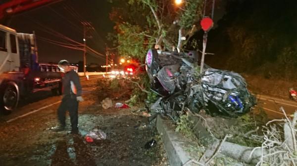 彰化彰南路自小客車自撞分隔島翻覆,車上的1男1女生命垂危。(記者劉曉欣翻攝)