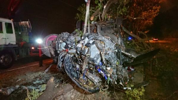 彰化彰南路自小客車自撞分隔島翻覆,引擎部分已全部撞爛。(記者劉曉欣翻攝)