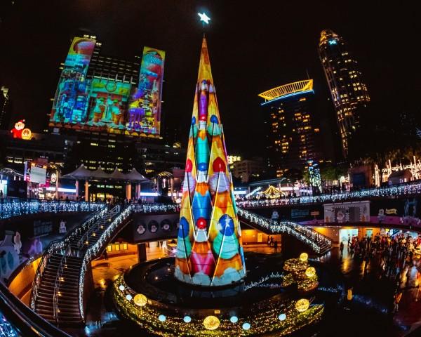 新北市歡樂耶誕城第二支主燈光雕秀《耶誕樂園狂想篇》今晚亮相,將與第一版光雕秀《銀河星球歷險篇》輪流播映。(新北市觀旅局提供)