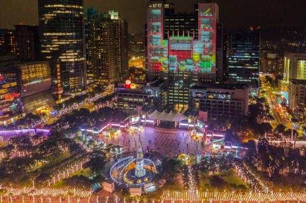 新北市歡樂耶誕城第二支主燈光雕秀《耶誕樂園狂想篇》今晚點亮,將市府大樓變身為大型遊樂園。(新北市觀旅局提供)