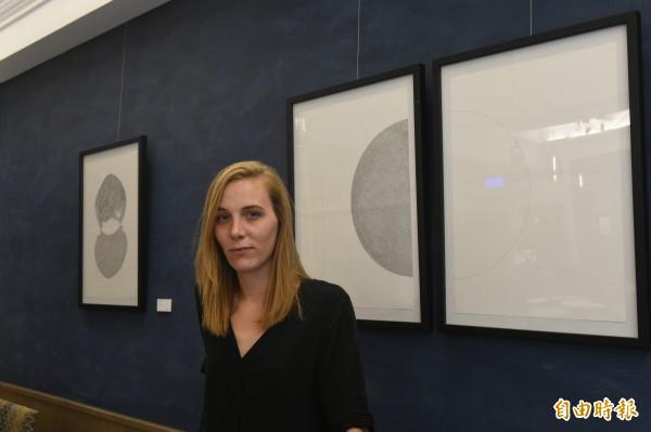 法國藝術家ANN《空之禮讚》創作個展,今天起至25日在帕莎蒂娜青海路義大利屋展出。(記者張忠義攝)