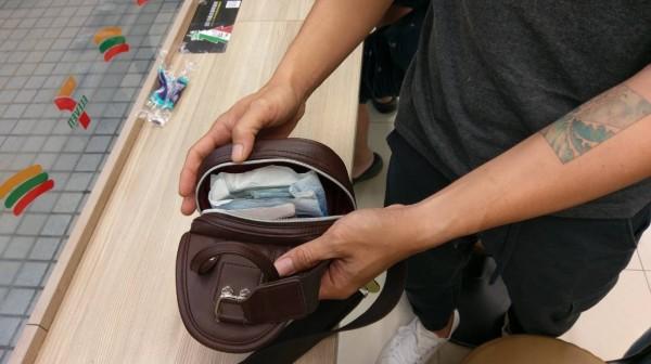日本顧客遺失手提包裡有護照、機票和10萬元現金。(姚老闆提供)