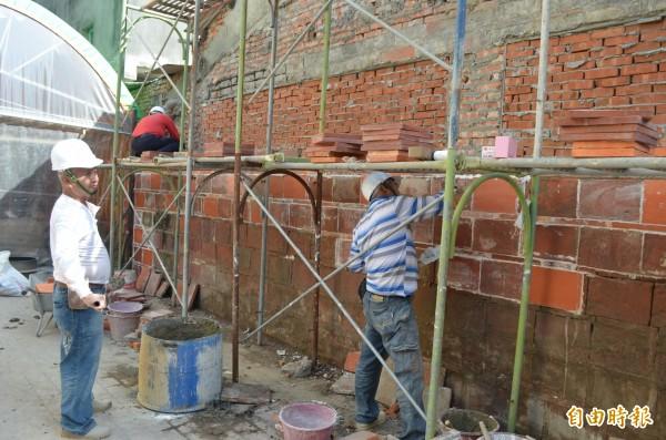麥寮鄉百年鴉片牆已展開恢復工程。(記者林國賢攝)