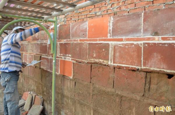 鴉片牆採三立磚、一平磚建築工法,看見傳統建築工法。(記者林國賢攝)