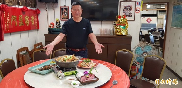 和平島35號餐廳的老闆李毅祥,年輕時曾經是漁夫,對於船上漁夫最愛吃的漁夫料理,也成為餐廳的鎮店三寶。(記者俞肇福攝)