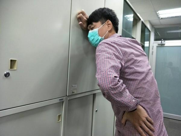 腎結石若結石掉落輸尿管,易導致腰部疼痛。(模擬示意圖)