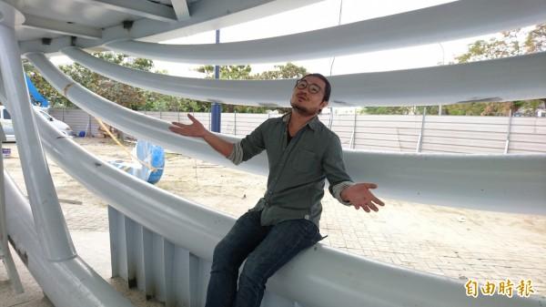 藝術家楊士毅為台南創作大型環境藝術作品「大魚的祝福」,希望民眾記起台灣對我們的疼愛,一起呵護、為她而努力。(記者劉婉君攝)
