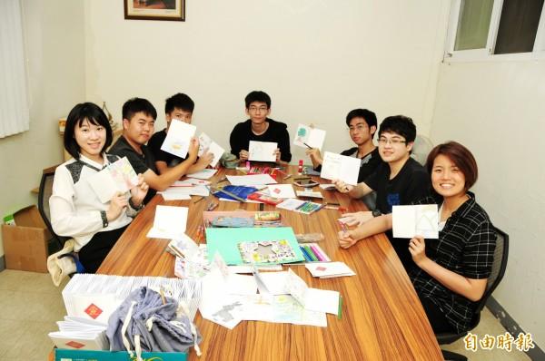 靜宜大學聯合天主教學校學生等一起手繪筆記本,並做成文具禮物包,贈送給難民營的學童。(記者歐素美攝)