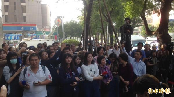 吳寶春和韓國瑜今天一起出面說明,民眾(右,舉手者)於店外高喊「要有骨氣,吳寶春要有骨氣,人家才會疼你。」(記者黃旭磊攝)