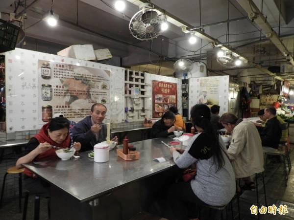 雖然不是尖峰時段,老曹餛飩用餐區坐了不少顧客用餐。(記者賴筱桐攝)