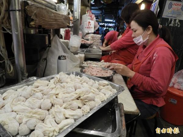 老曹餛飩的餛飩包法為水滴型,能鎖住肉汁。(記者賴筱桐攝)