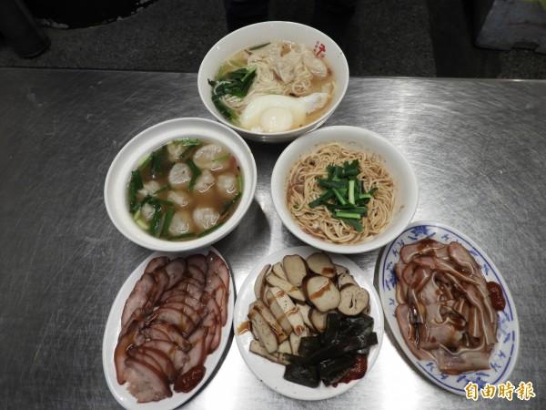 老曹餛飩的招牌是餛飩湯配麻醬麵,「餛蛋麵」則是人氣料理,豬頭皮、豬耳朵等滷味也是來店必點的小菜。(記者賴筱桐攝)