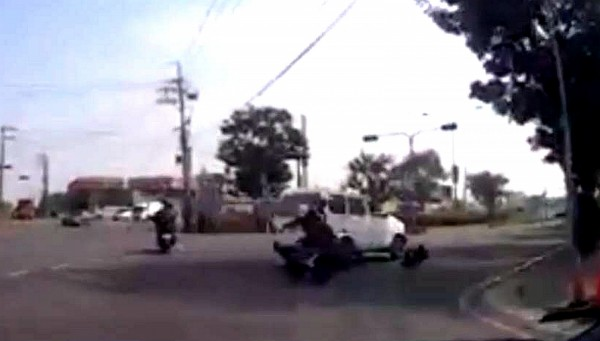 柯姓民眾在路口被撞飛,幸僅擦傷暫無生命危險。(記者黃佳琳翻攝)