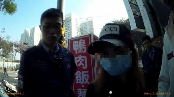 非法男移工的表姊(右)上前企圖為表弟解圍。(記者黃良傑翻攝)
