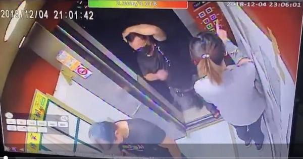 警方掌握李女(右)持楊男的備份磁扣、鑰匙,帶領劉男(左)、另名在逃男子(中)侵入楊男住所行竊。(圖由警方提供)