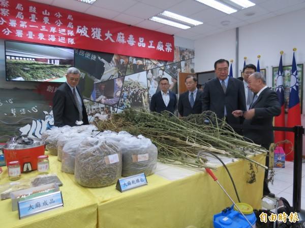 台灣高等檢察署檢察長王添盛(右1)等人抵東慰問專案人員辛勞。(記者陳賢義攝)
