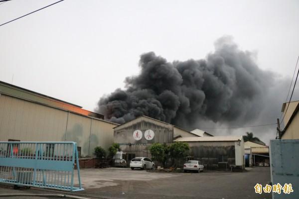 大量濃煙竄出天際,相當驚人。(記者萬于甄攝)