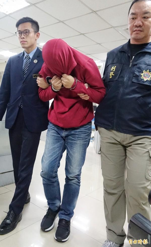 航警局12日查獲33歲陳嫌(中)企圖在大腿綁安非他命走私到日本。(記者劉信德攝)