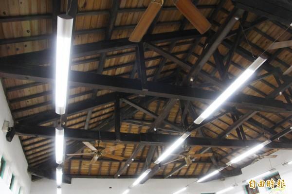 鹿草鄉立圖書館的木架構。(記者林宜樟攝)