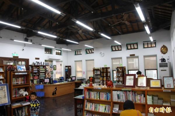 鹿草鄉立圖書館是嘉義縣建物最古老的圖書館。(記者林宜樟攝)