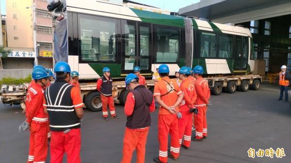 高雄輕軌二階採購的第二輛列車,運抵輕軌前鎮機廠。(記者葛祐豪攝)