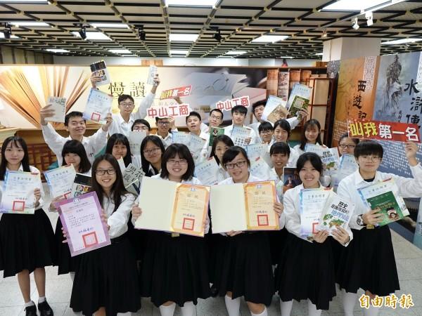 中山工商學生在閱讀競賽完成8連霸。(記者洪臣宏攝)