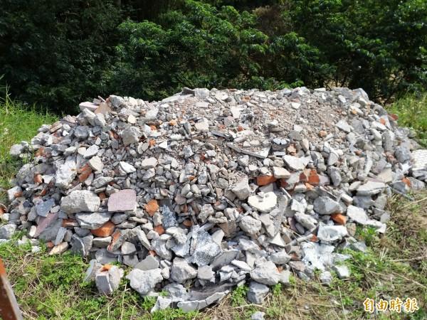 新竹縣政府環保局表示,將釐清若是私有地主引進營建剩餘土石方進行整地還是遭不肖人士偷倒廢棄物,再依相關法規追究責任。(記者廖雪茹攝)