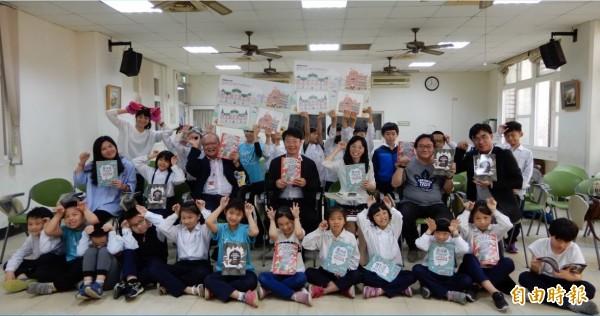 南市文化局發表《走,跟著魔法貓玩台南》系列文化資產遊戲學習書,透過漫畫故事與手作遊戲,把文化資產知識導入小學校園。(記者洪瑞琴攝)