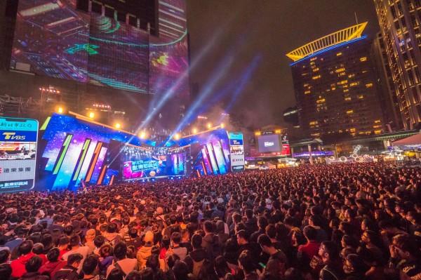 新北歡樂耶誕城巨星演唱會熱力十足。(觀旅局提供)
