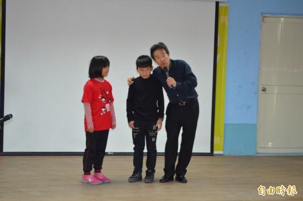 張正傑(右)與小朋友互動,帶著小朋友享受音樂。(記者林國賢攝)
