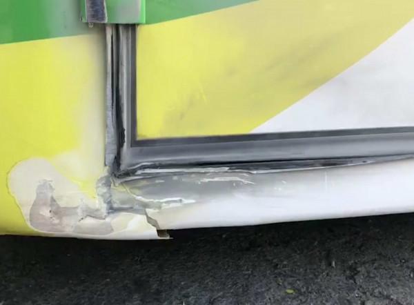 出殯車隊上國道,王姓遊覽車司機突昏迷撞護欄,左前車頭受損。(記者湯世名翻攝)