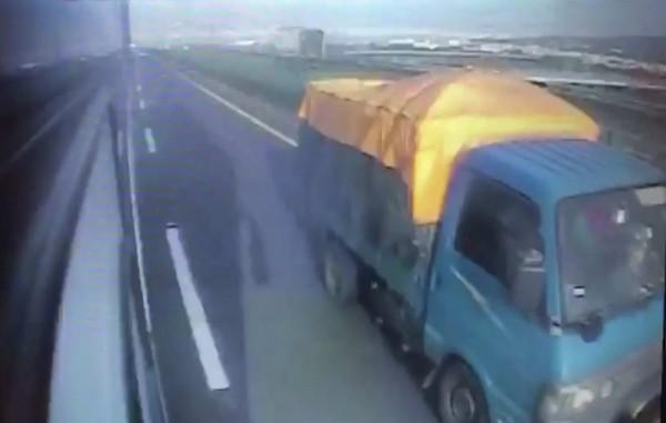 王姓司機陷入昏迷前,內側車道小貨車才剛通過,逃過一劫。(記者湯世名翻攝)