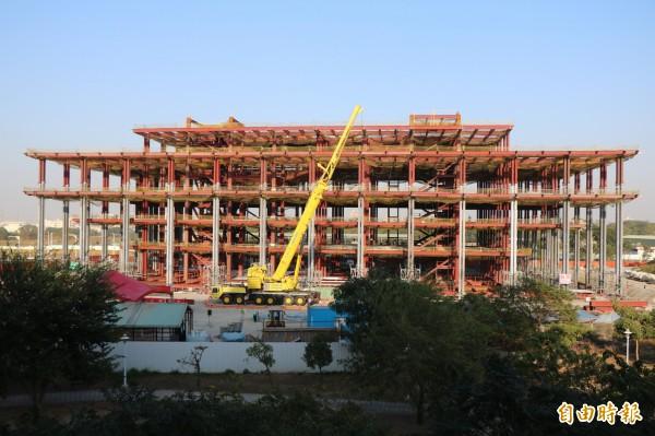 台南市立圖書館新總館目前興建進度達36.5%,持續超前施工進度。(記者萬于甄攝)